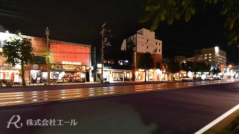 函館市の路面電車に沿って軒を連ねる飲食店